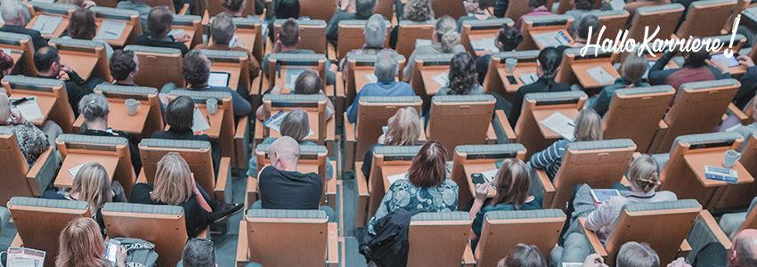 Gefüllte Plätze in Kongresssaal von oben