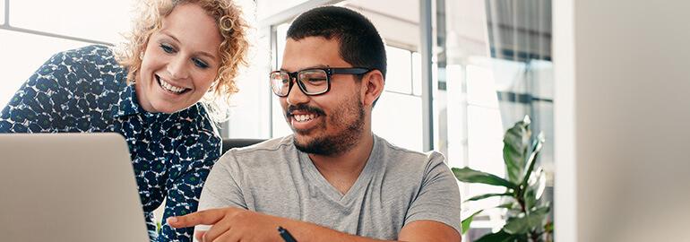 Zwei Personen wenden neue Arbeitsmethoden an