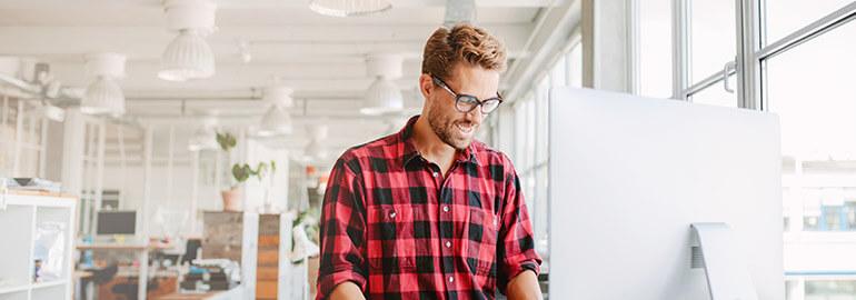Ein Mitarbeiter arbeitet digital