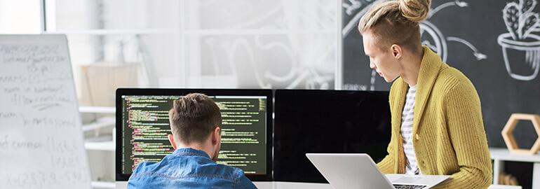Zwei Programmierer arbeiten am Code