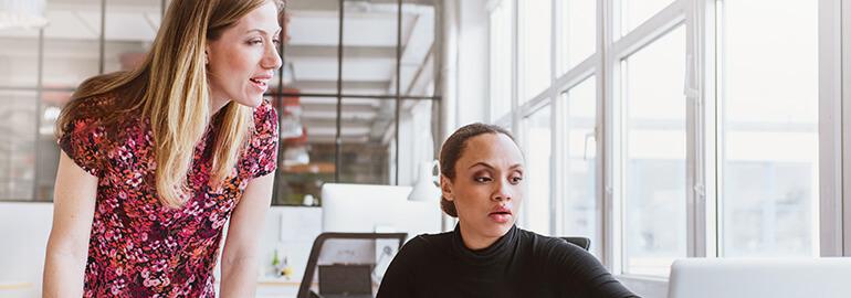 Zwei Personalerinnen unterhalten sich