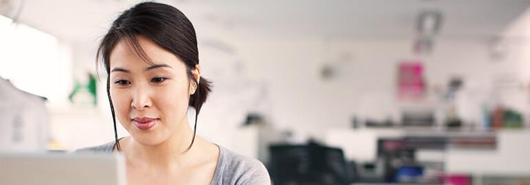 Eine Frau arbeitet mit SAP