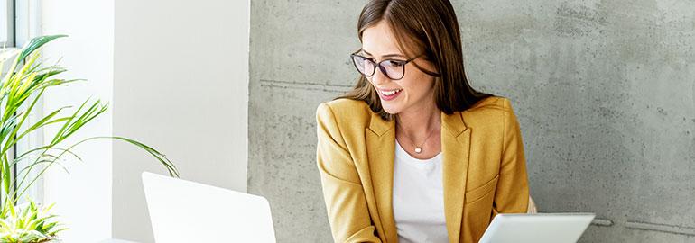 Eine Frau aus dem Vertrieb arbeitet an ihrem Laptop.