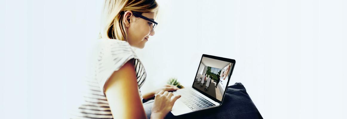 Teilnehmerin am PC in der WBS Übungsfirma 3D