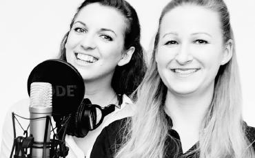 """Die Hosts von """"Springender Punkt"""", dem New Work Podcast der WBS AKADEMIE."""