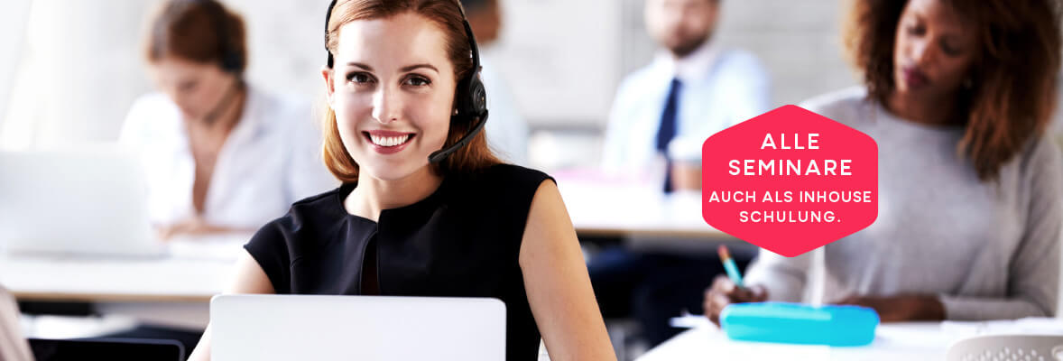 Frau im Büro mit Headset